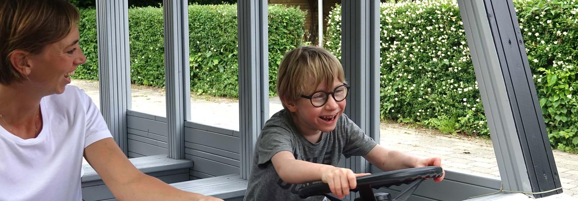 Barn med cerebral parese kører i legebus på Centerbørnehavens legeplads