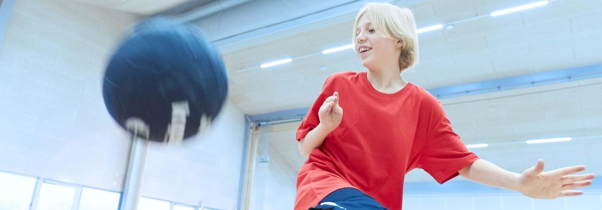 Dreng med cerebral parese spiller fodbold