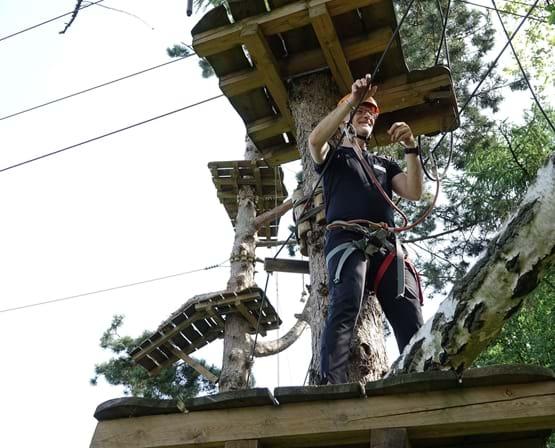 Carsten med cerebral parese klatrer i træer på camp med Elsass Fonden