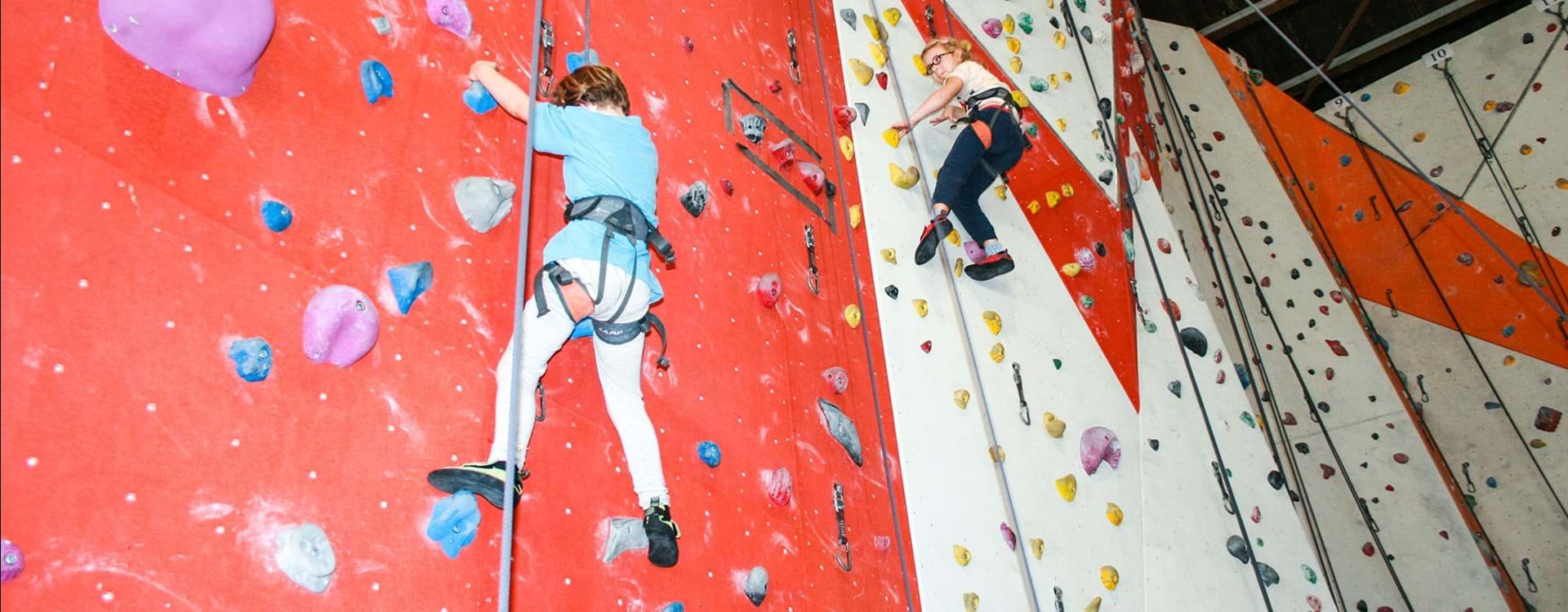 Piger med cerebral parese klatrer til familiecamp